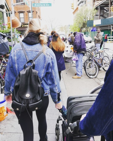 Stroll to the food fair, Elle kept tabs on everyone's whereabouts