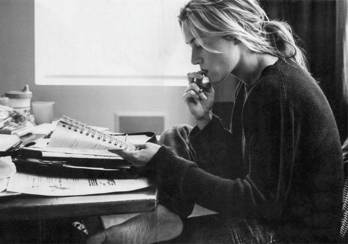 kate-winslet-reading-680x476